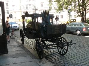 Alter Kutsch-Leichenwagen vor der Sixtina