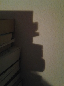 Schattenwurf von Büchern in Form des Kopfes von Frankensteins Monster