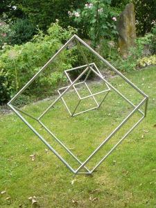 Kunst im Garten 0 3 unterschiedlich große, metallene Würfelumrissformen