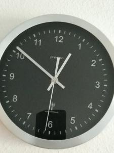 Ein analoges rundes Ziffernblatt, bei dem die Zeiger auf 12 Uhr 51 stehen - und 31 Sekunden.
