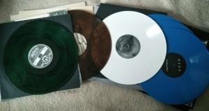 Bunte Schallplatten. eine in Grün, eine bräunlich, eine weiß und zwei in Blau