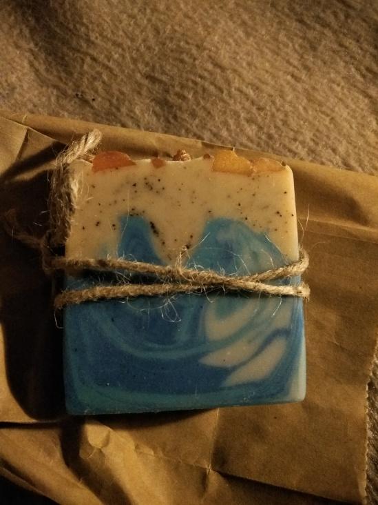 Stück Seife - Draufsicht auf die breite Seite, mit abgebildeten Wellen und mit einer Kordel umwickelt