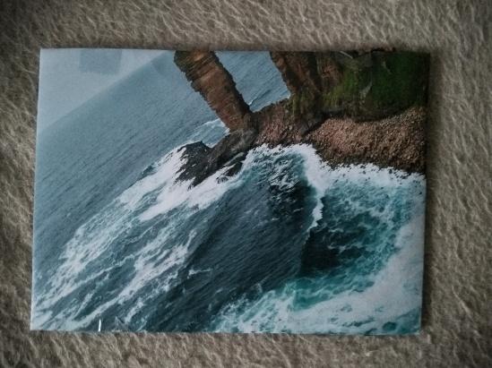 Geschenk in Schottland-Kalenderfoto verpackt, mit Meer und Felsen
