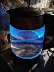 Blau leuchtender gläserner Wasserkocher