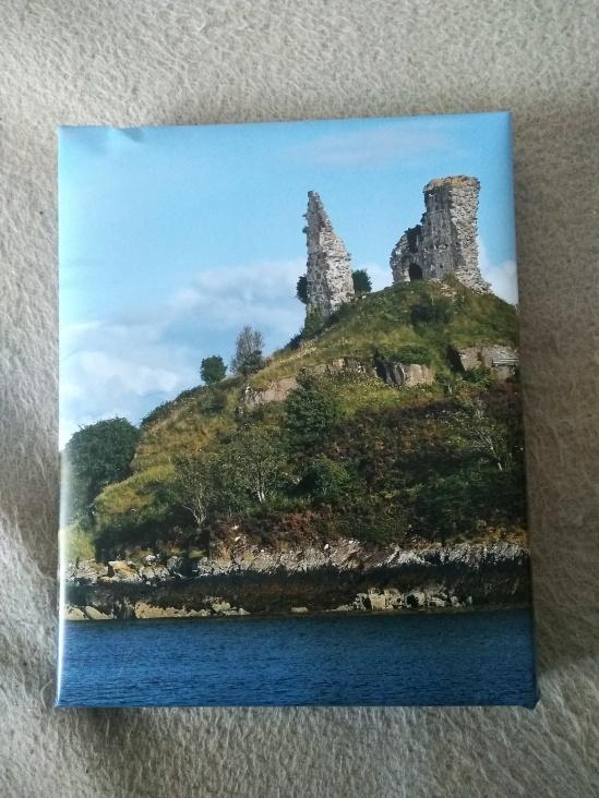 Foto eines Schottlandkalenders als Geschenkverpackung - zu sehen ist die Ruine Castle Moil bei Kyleakin