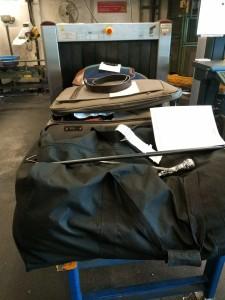 3 Koffer mit gefundenen verbotenen Waffen - Schlagring, Gürtelschnallenmesser + Stockdegen